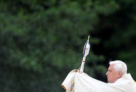 Benoît XVI pendant la procession eucharistique à Lourdes, lors de son voyage en France