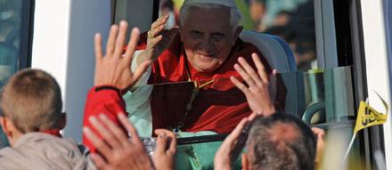 Benoît XVI dans sa papamobile à Paris