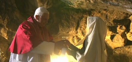 Benoît XVI dans la Grotte de Lourdes