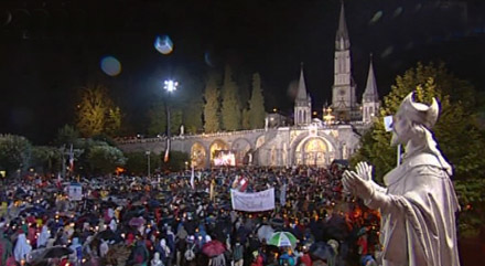 Benoît XVI à Lourdes pour la procession aux flambeaux