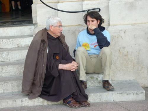 Frère Jean-Claude, co-fondateur de la Communauté de l'Agneau, sur les marches de l'église d'Enghien