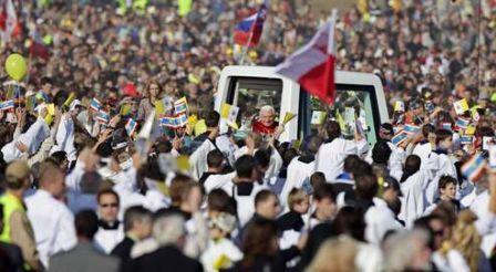 Benoît XVI, hier, à l'aéroport de Brno, dans le sud de la République tchèque, où il a célébré une messe en plein air.