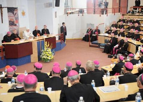 Benoît XVI s'adressant aux évêques de France à Lourdes