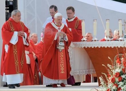 Benoît XVI à Lourdes pour la messe en la fête de l'exultation de la Sainte Croix