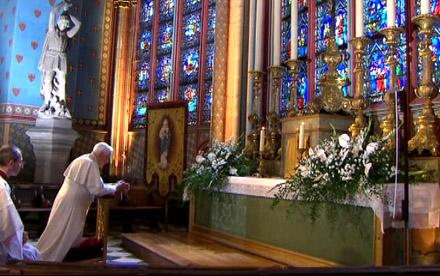 Benoît XVI priant la Vierge à Notre Dame de Paris