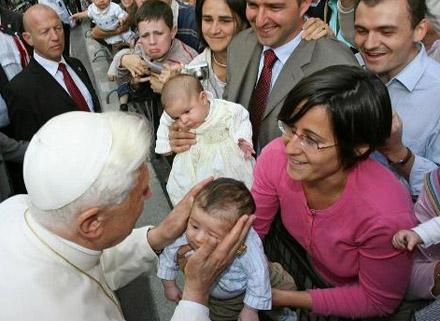 Benoît XVI embrasse un enfant