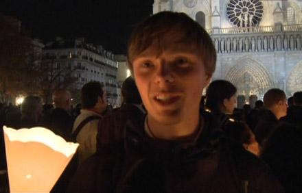 Un jeune à Notre Dame de Paris pendant la veillée avec Benoît XVI