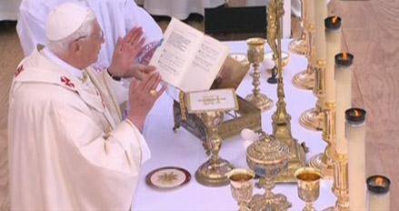 Benoît XVI lors de la messe sur l'esplanade des Invalides à Paris