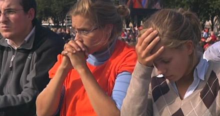 Jeunes en prière lors de la messe de Benoît XVI aux Invalides